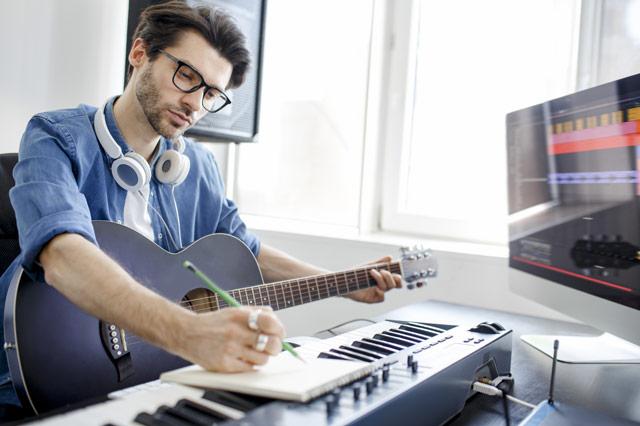 作曲をする男性