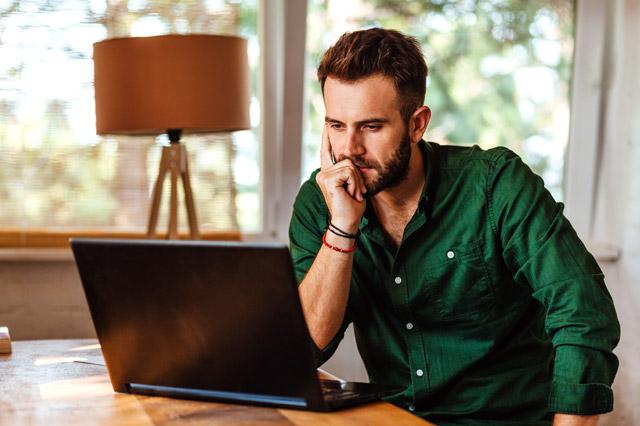 パソコンの画面を見つめる男性